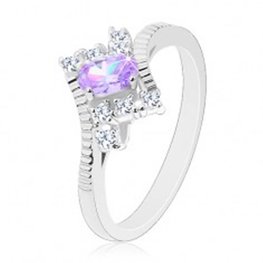 Šperky eshop Ligotavý prsteň v striebornej farbe, brúsený svetlofialový ovál, číre zirkóny - Veľkosť: 49 mm