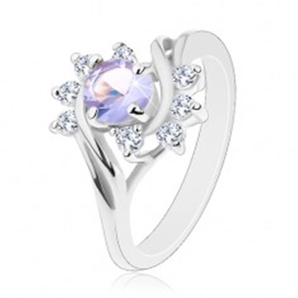 Šperky eshop Ligotavý prsteň v striebornom odtieni, svetlofialový okrúhly zirkón, oblúčiky - Veľkosť: 48 mm