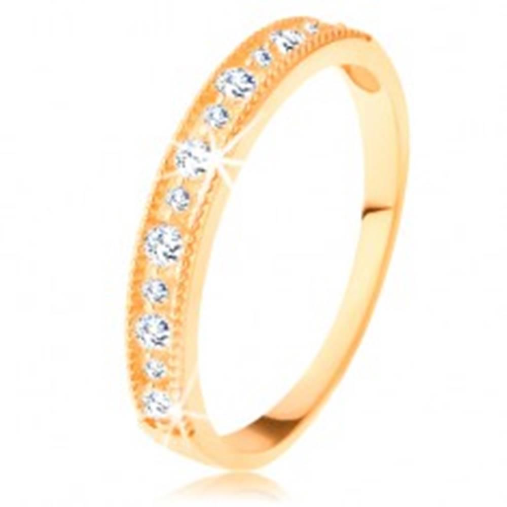 Šperky eshop Ligotavý prsteň v žltom 14K zlate - línia čírych zirkónov s vrúbkovaným lemom - Veľkosť: 49 mm