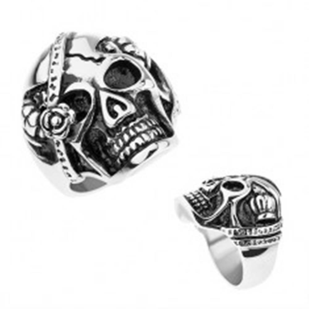 Šperky eshop Oceľový prsteň striebornej farby, lebka s páskou cez oko, kráľovské koruny - Veľkosť: 56 mm