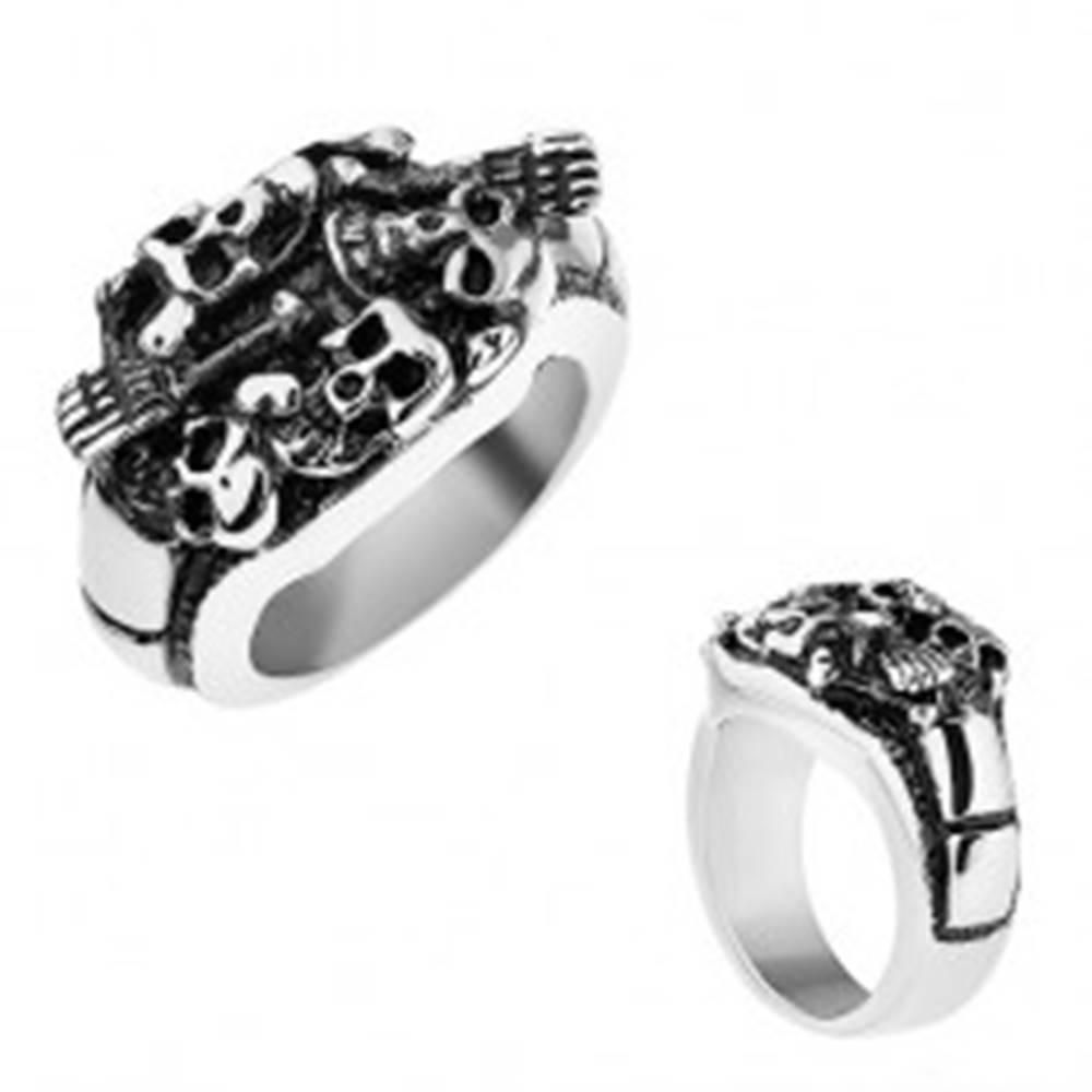 Šperky eshop Patinovaný prsteň z ocele 316L, strieborná farba, vypuklé lebky a kosti - Veľkosť: 56 mm