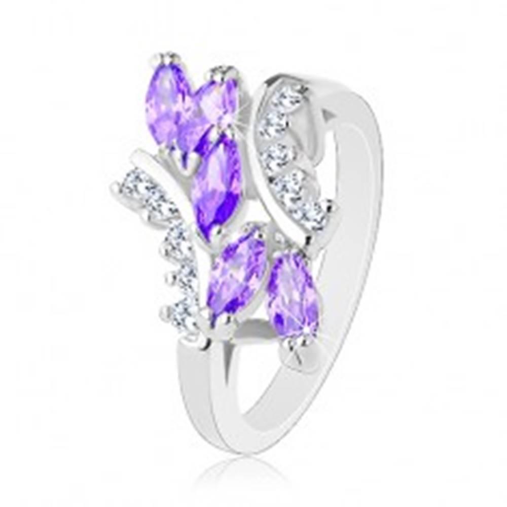 Šperky eshop Prsteň striebornej farby, fialové zirkónové zrniečka, číre zahnuté línie - Veľkosť: 51 mm