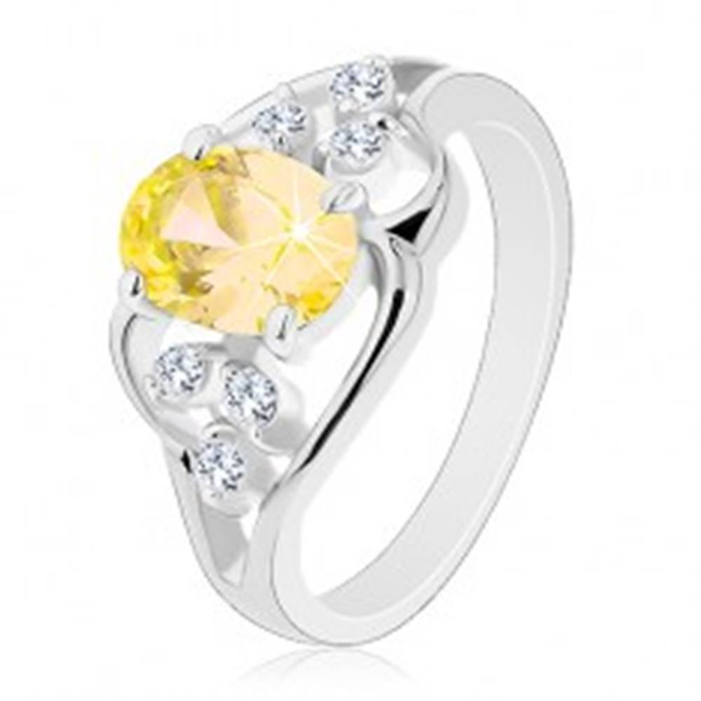 Šperky eshop Prsteň striebornej farby, veľký žltý oválny zirkón, asymetrické línie - Veľkosť: 54 mm