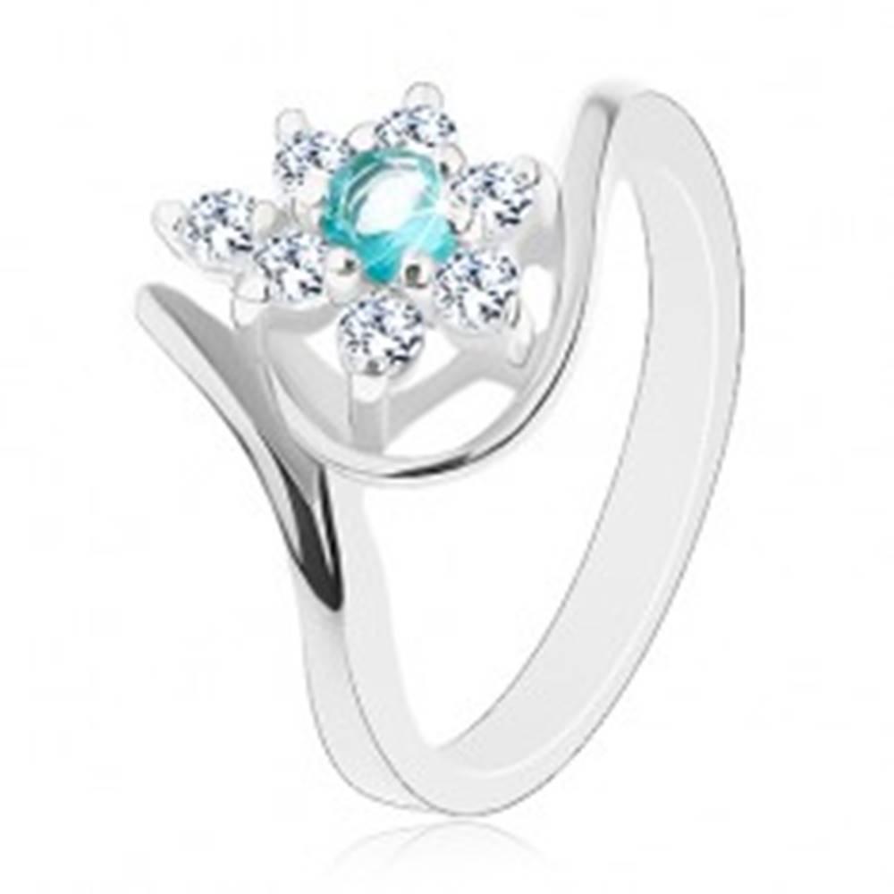 Šperky eshop Prsteň striebornej farby, žiarivý číry kvet so svetlomodrým stredom, oblúky - Veľkosť: 49 mm