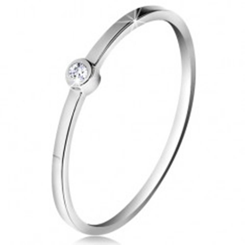 Šperky eshop Prsteň v bielom 14K zlate - ligotavý číry zirkón v lesklej objímke, tenké ramená - Veľkosť: 49 mm