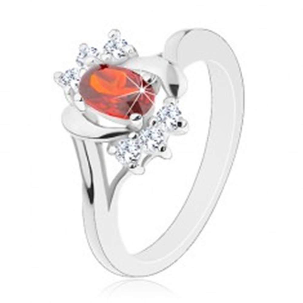 Šperky eshop Prsteň v striebornej farbe, červený zirkón, číre zirkóniky, lesklé oblúčiky - Veľkosť: 50 mm