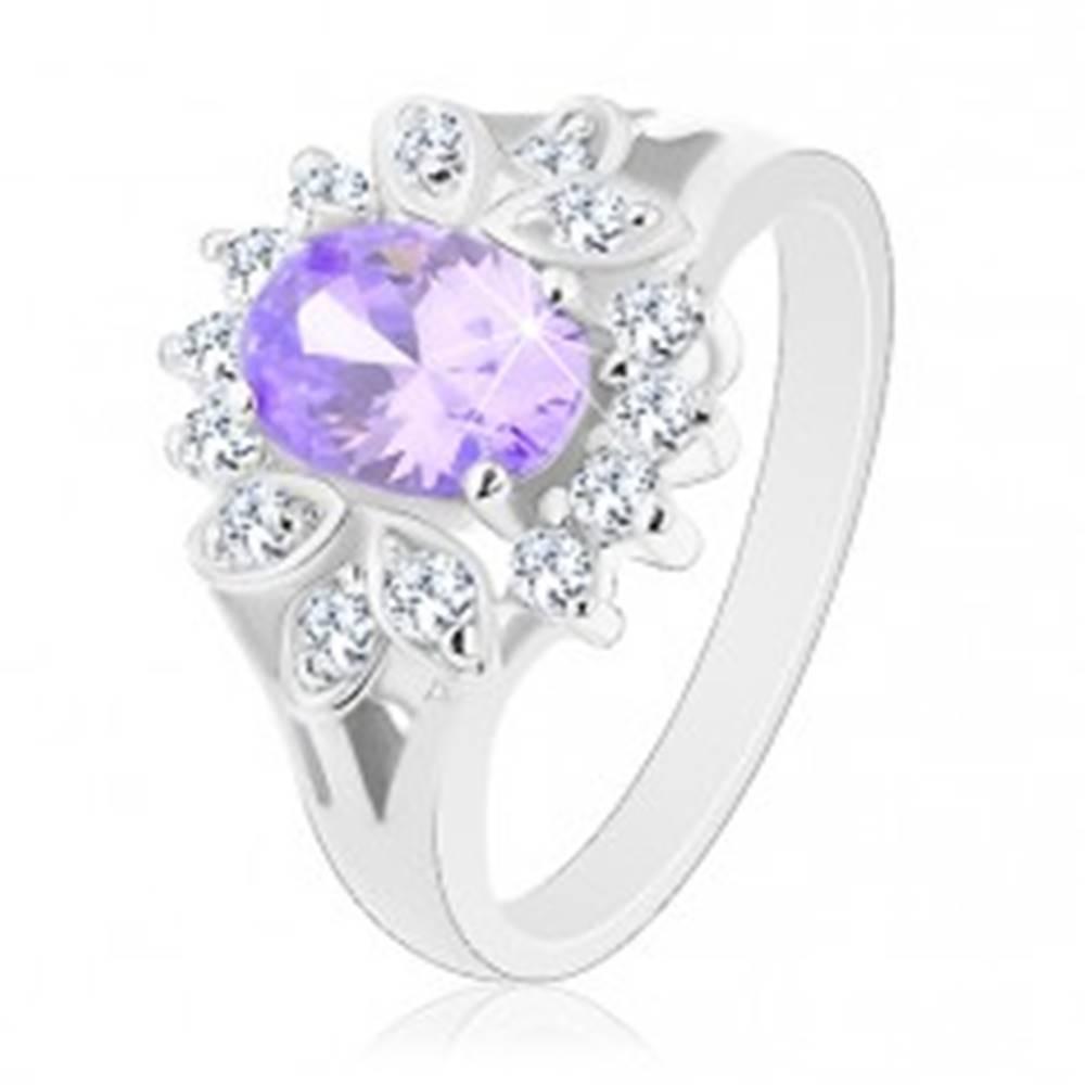 Šperky eshop Prsteň v striebornej farbe, svetlofialový brúsený ovál, číry obrys - Veľkosť: 49 mm