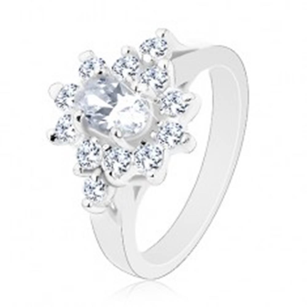 Šperky eshop Prsteň v striebornom odtieni, číry zirkónový ovál s čírou obrubou - Veľkosť: 49 mm