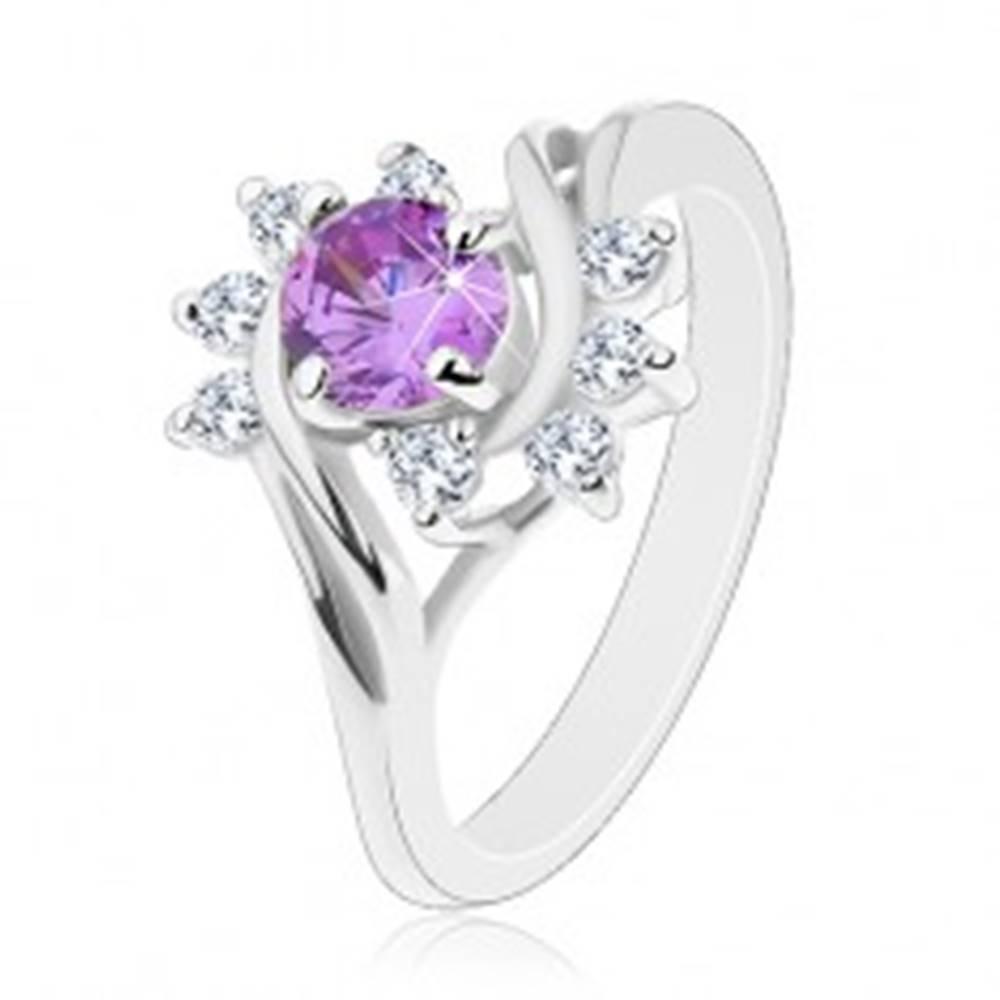 Šperky eshop Prsteň v striebornom odtieni, okrúhly fialový zirkón, ligotavé číre oblúky - Veľkosť: 49 mm