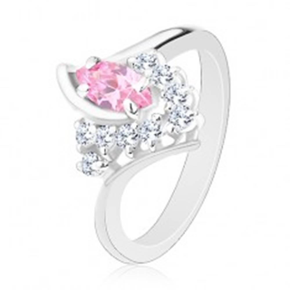 Šperky eshop Prsteň v striebornom odtieni so zahnutými ramenami, ružovo-číre zirkóny - Veľkosť: 49 mm
