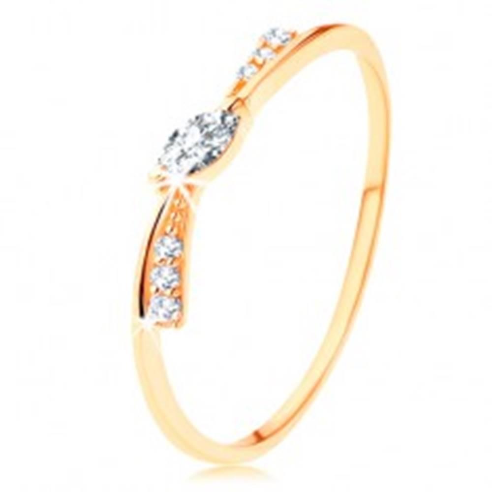 Šperky eshop Prsteň v žltom 14K zlate - úzka mašlička zdobená čírymi zirkónmi - Veľkosť: 49 mm