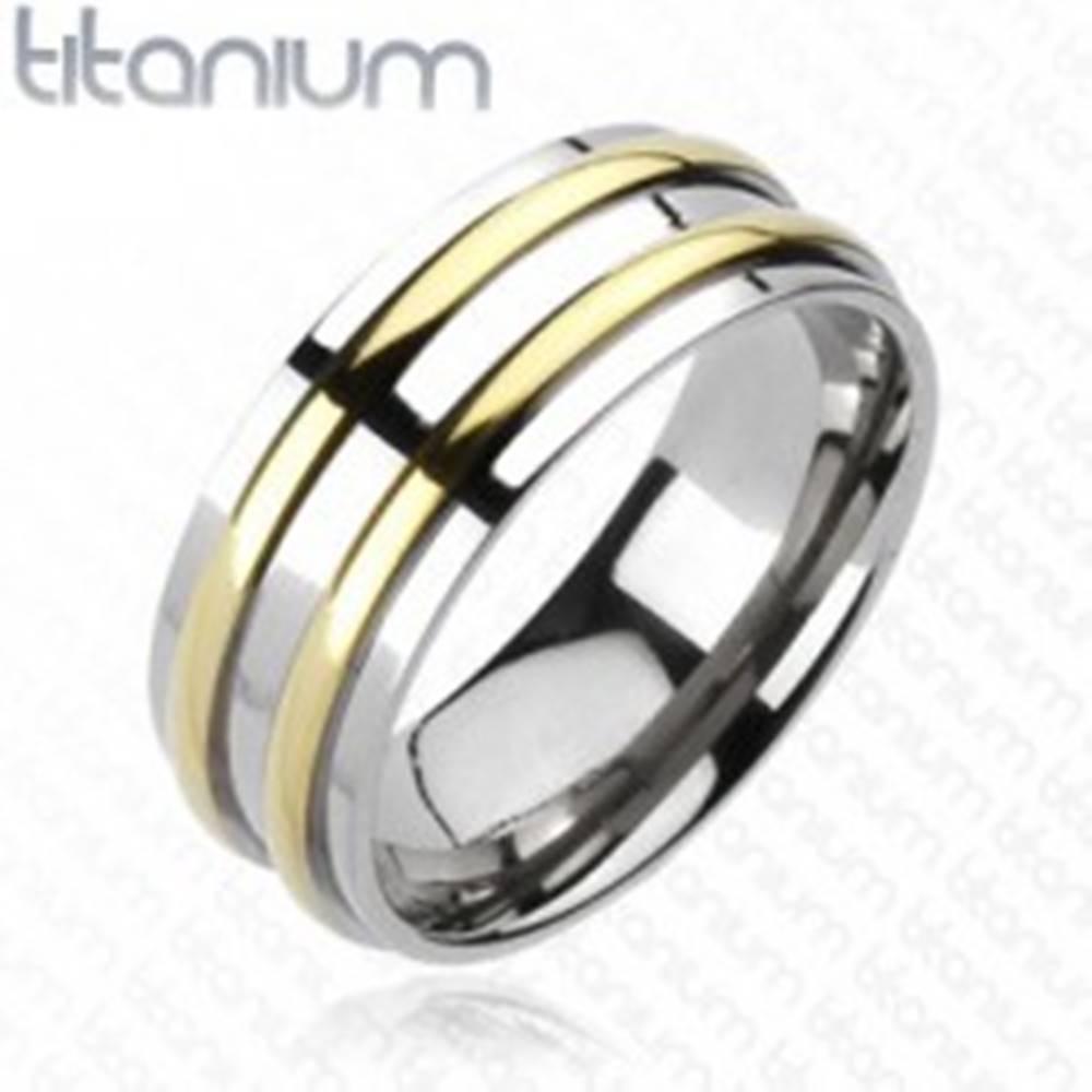 Šperky eshop Titánová obrúčka - strieborná farba, dva pásiky zlatej farby - Veľkosť: 59 mm
