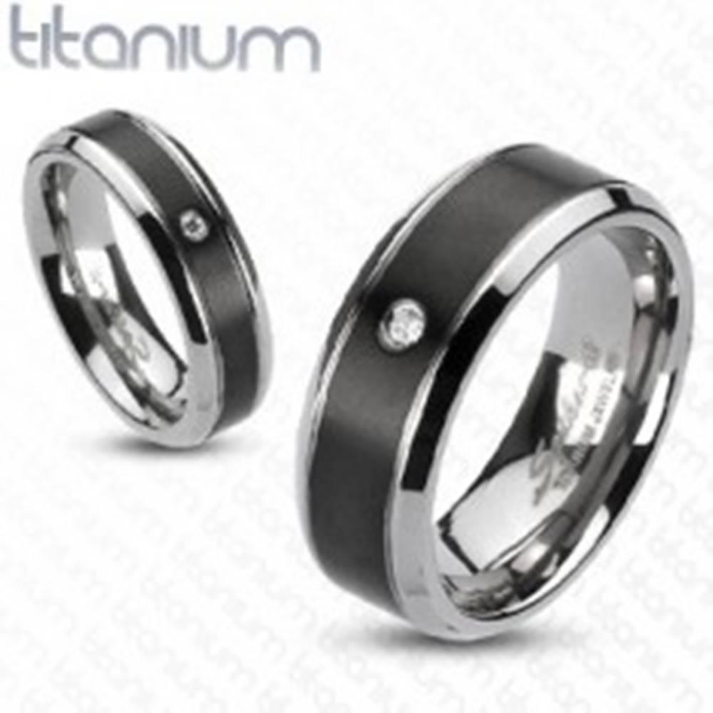 Šperky eshop Titánový prsteň - čierny pás so zirkónom - Veľkosť: 49 mm