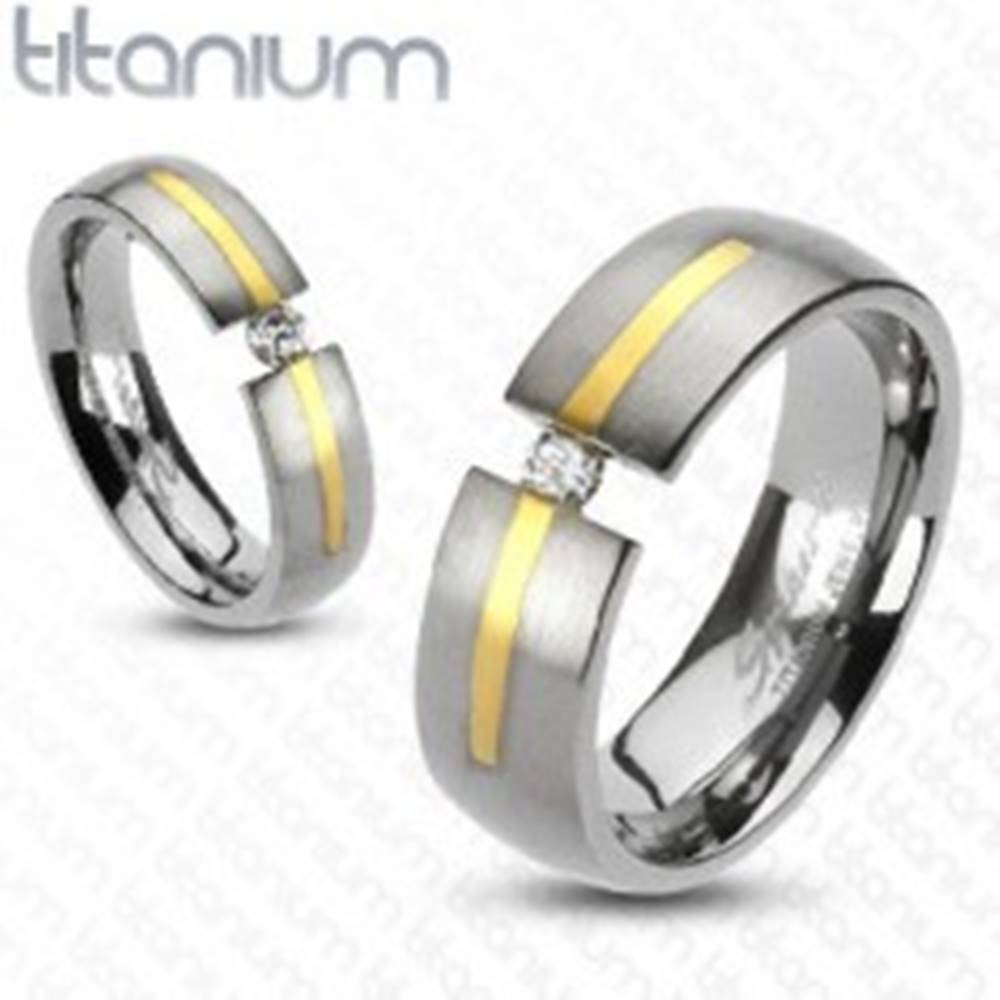 Šperky eshop Titánový prsteň striebornej farby - prúžok zlatej farby, zirkón - Veľkosť: 49 mm