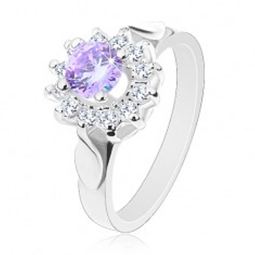 Šperky eshop Trblietavý prsteň s lístkami na ramenách, svetlofialový zirkón, číre lupene - Veľkosť: 49 mm
