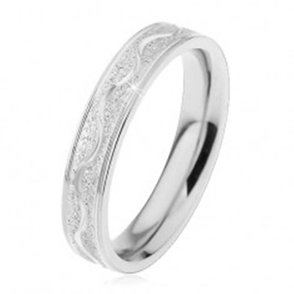 Šperky eshop Oceľový prsteň striebornej farby, pieskovaný pás s lesklou vlnkou, 4 mm - Veľkosť: 49 mm
