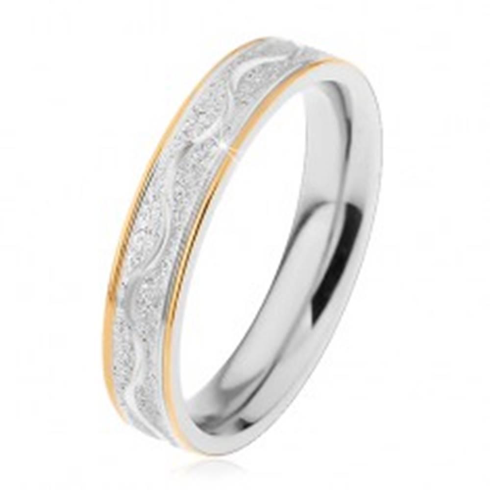 Šperky eshop Prsteň z chirurgickej ocele, pieskovaný pás s lesklou vlnkou, okraje zlatej farby, 4 mm - Veľkosť: 49 mm