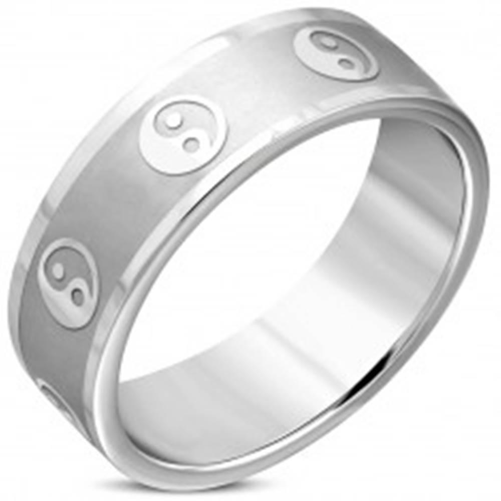 Šperky eshop Širšia obrúčka z chirurgickej ocele - symbol jin a jang, matný pás, lesklé hrany, 8 mm - Veľkosť: 57 mm
