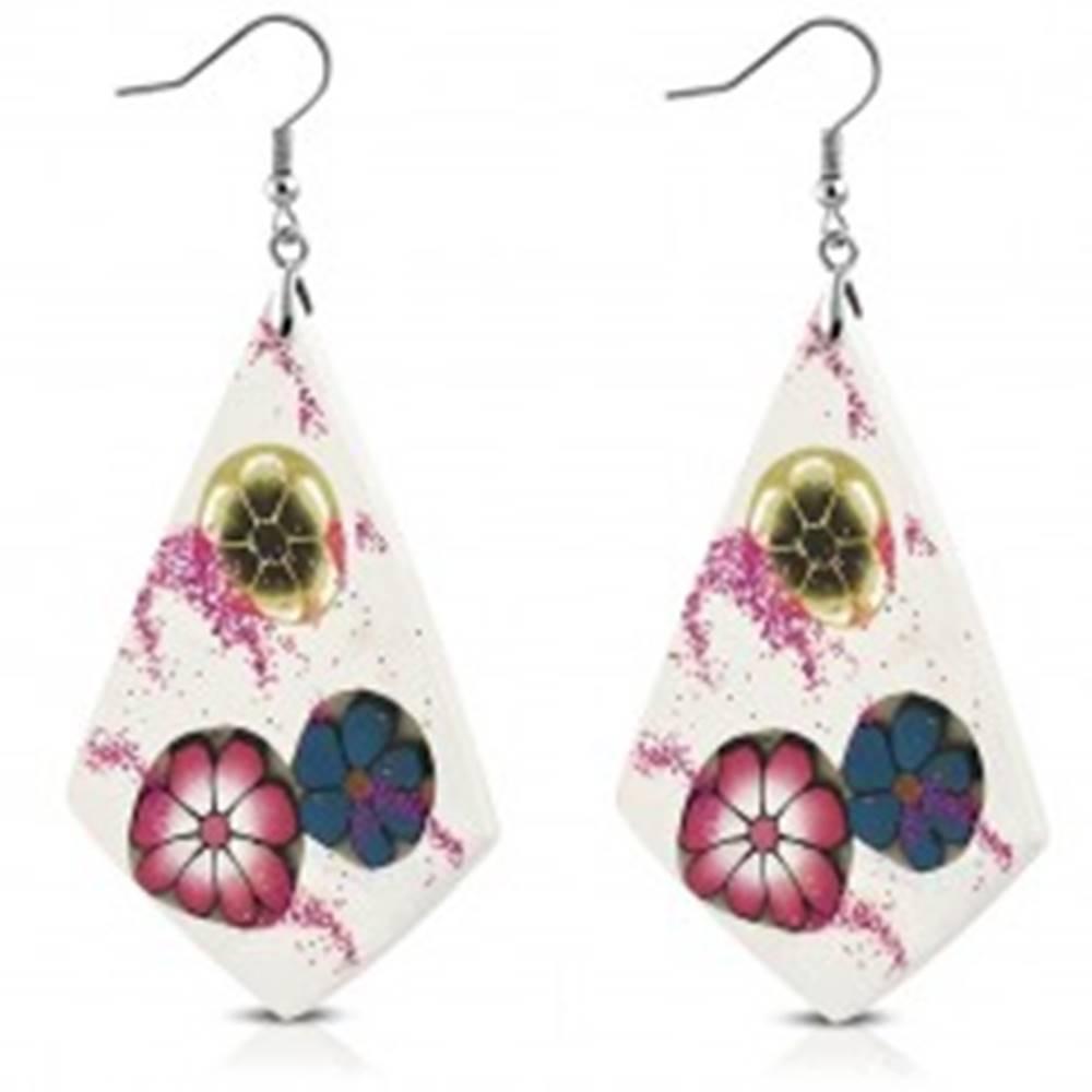 Šperky eshop Náušnice z materiálu FIMO - biele kosoštvorce, tri rôznofarebné kvety