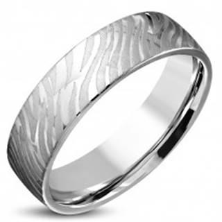 Lesklý oceľový prsteň striebornej farby - matný motív zebry, 6 mm - Veľkosť: 52 mm