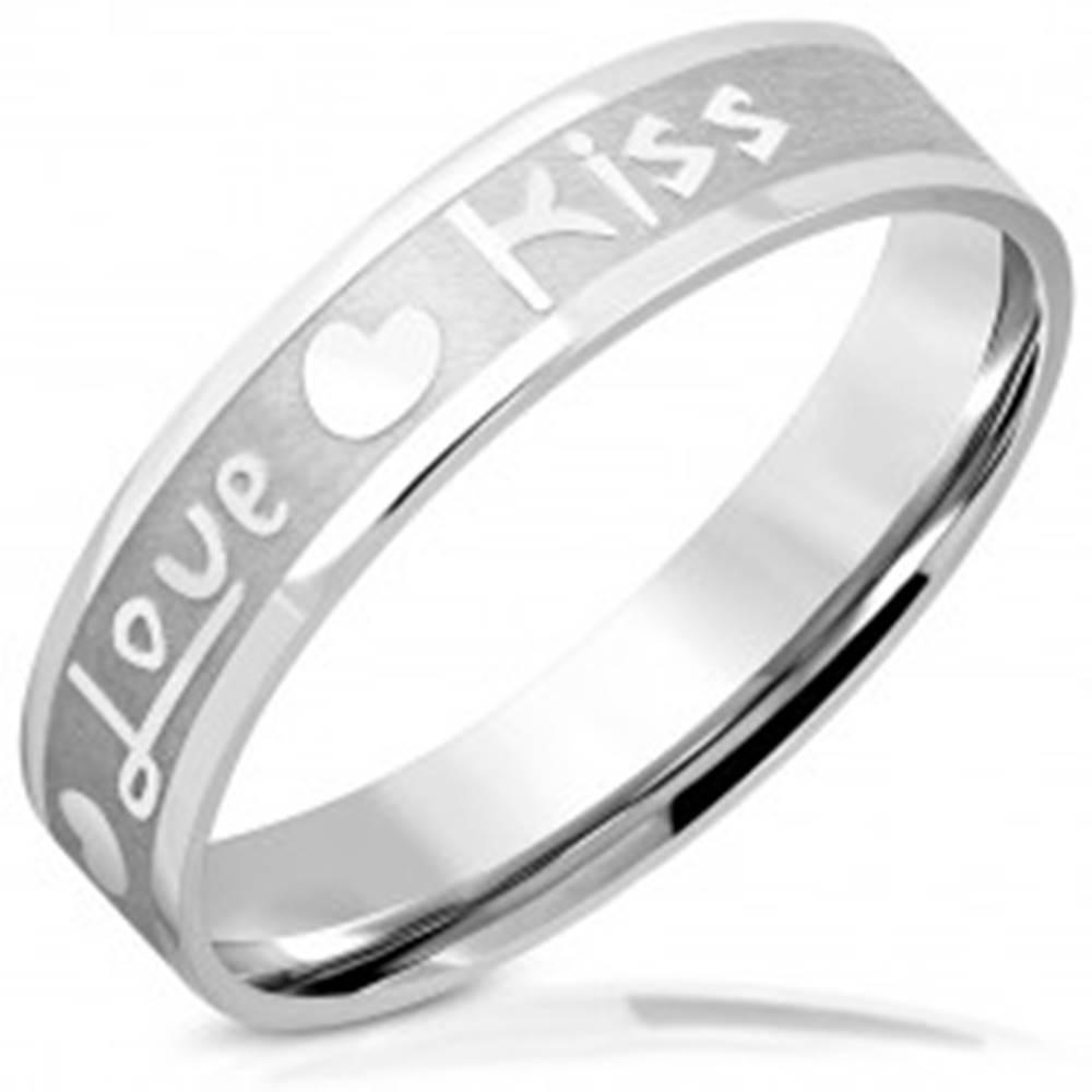 """Šperky eshop Obrúčka z ocele - matný pás s lesklými hranami, nápis """"Love"""" a """"Kiss"""", srdiečka, 5 mm - Veľkosť: 46 mm"""
