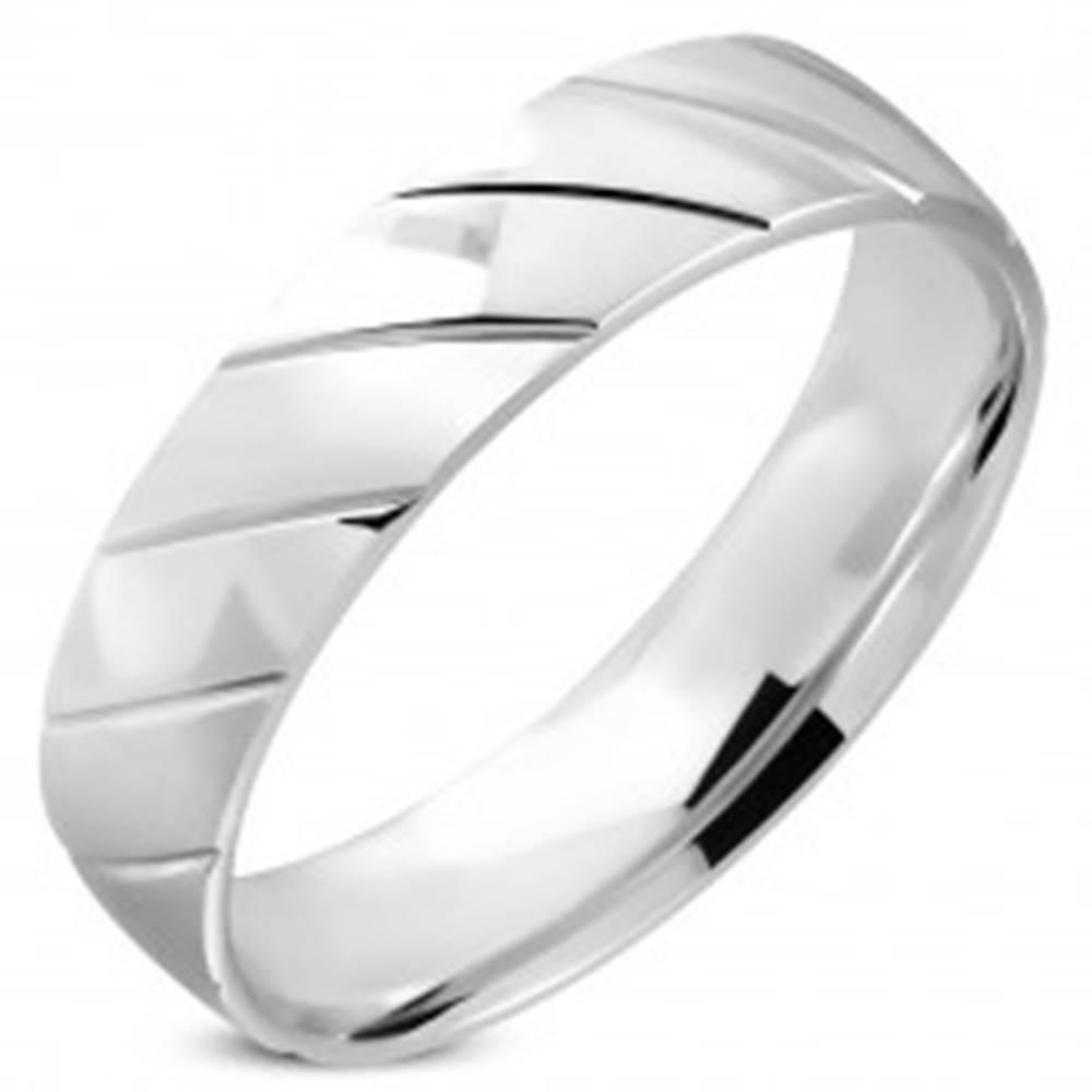 Šperky eshop Obrúčka striebornej farby z ocele - zrkadlovolesklý povrch, šikmé zárezy, 6 mm - Veľkosť: 52 mm