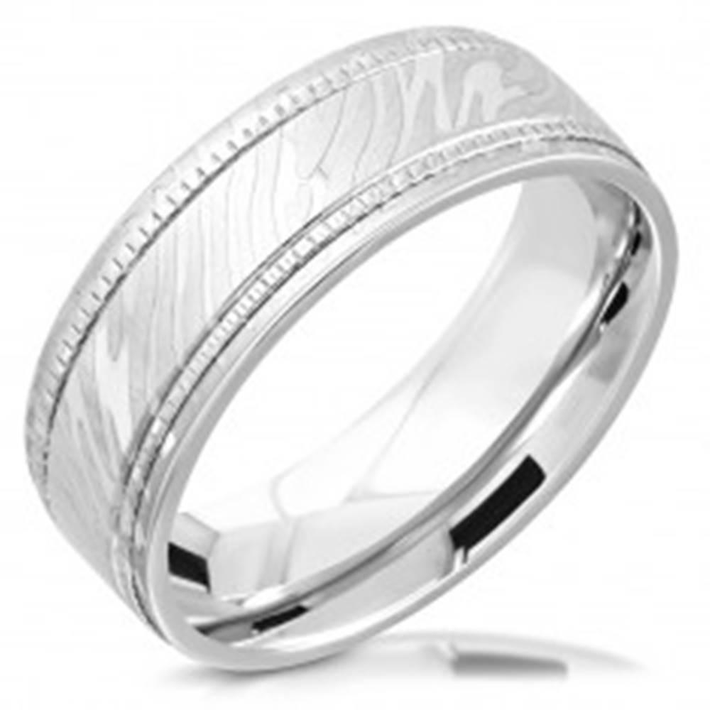 Šperky eshop Obrúčka z chirurgickej ocele - dve vrúbkované línie, vzor zebry, 8 mm - Veľkosť: 52 mm