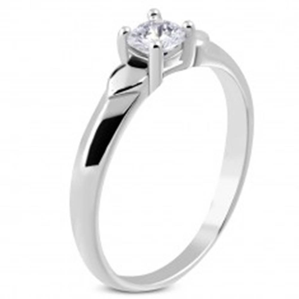Šperky eshop Lesklý prsteň z ocele - dve srdiečka, trblietavý zirkón čírej farby v kotlíku - Veľkosť: 48 mm