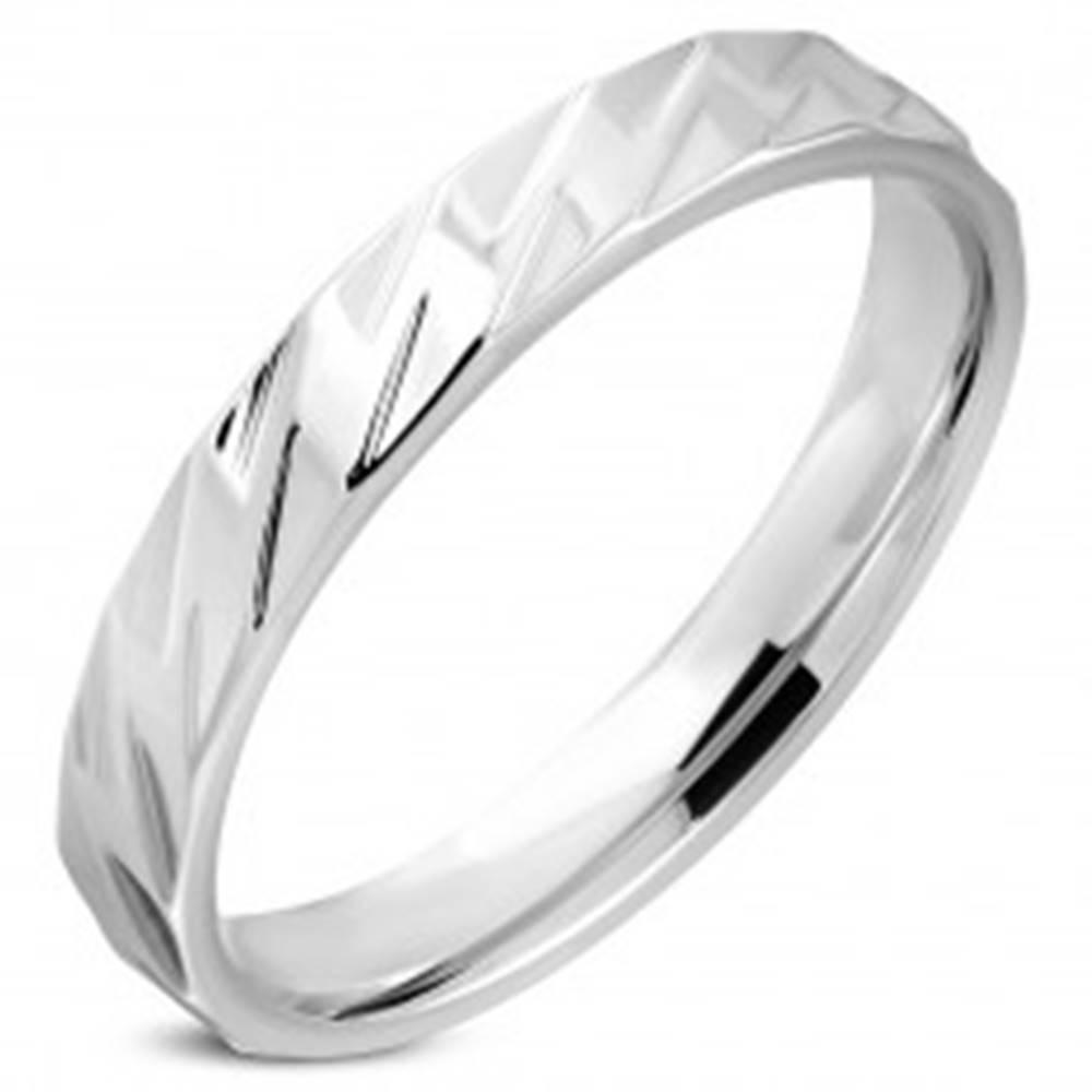 Šperky eshop Obrúčka striebornej farby z chirurgickej ocele - lesklé kosodlžníky, 4 mm - Veľkosť: 49 mm