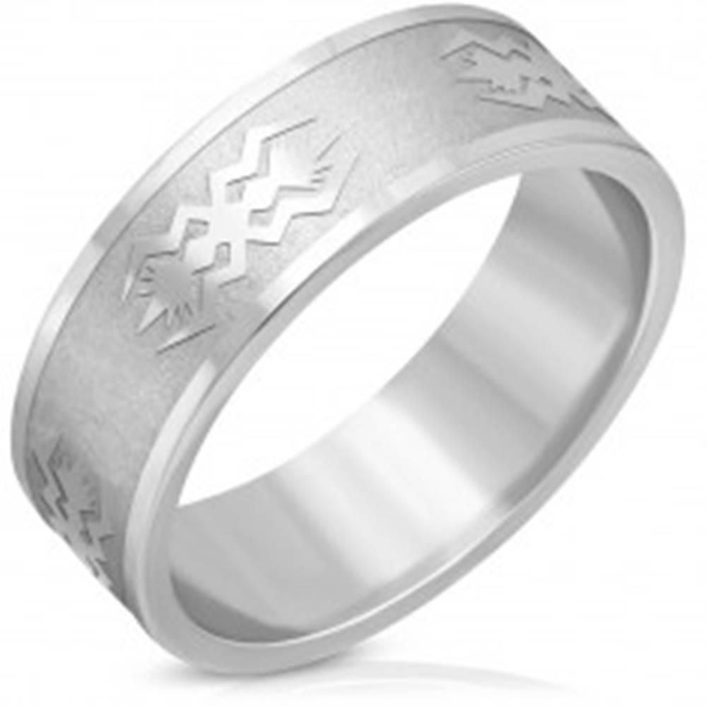 Šperky eshop Oceľová obrúčka striebornej farby - matný pás, lesklé hrany, motív, 8 mm - Veľkosť: 56 mm