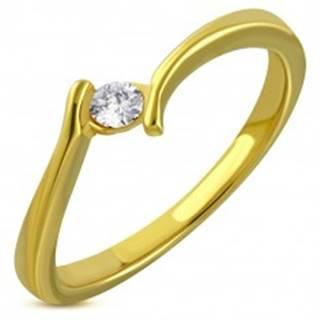 Prsteň zlatej farby z chirurgickej ocele - zahnuté ramená, trblietavý zirkón - Veľkosť: 49 mm