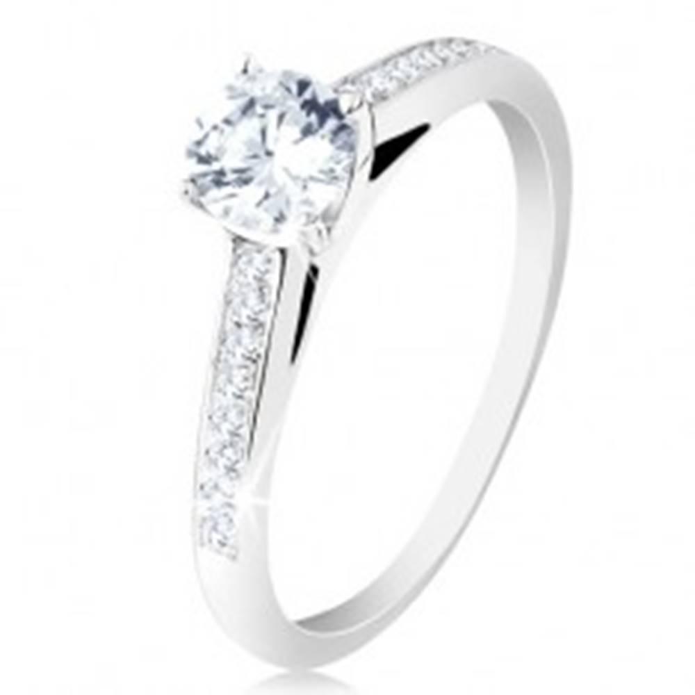 Šperky eshop Strieborný prsteň 925, zásnubný, číre zirkónové ramená, okrúhly zirkón v kotlíku - Veľkosť: 48 mm