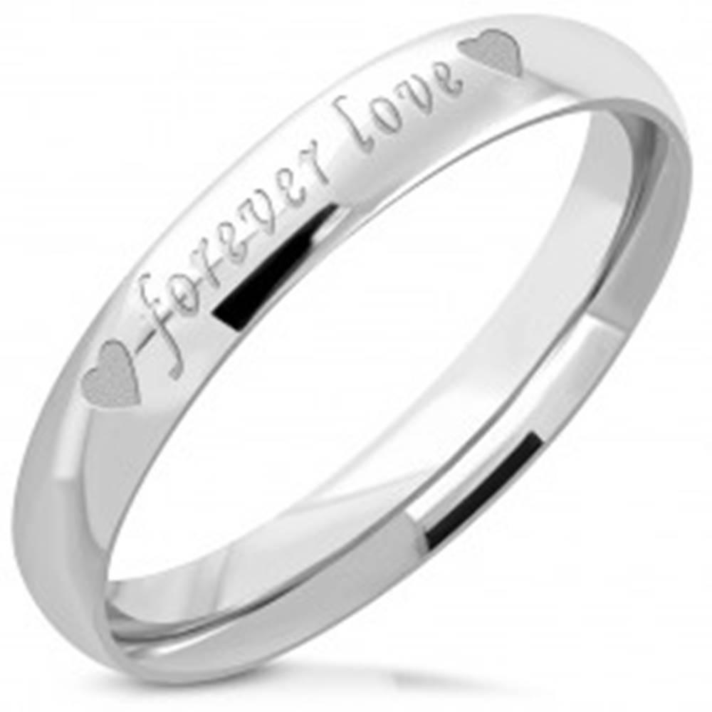 """Šperky eshop Oceľový prsteň striebornej farby - lesklý povrch, matný nápis """"forever love"""", 3,5 mm - Veľkosť: 47 mm"""