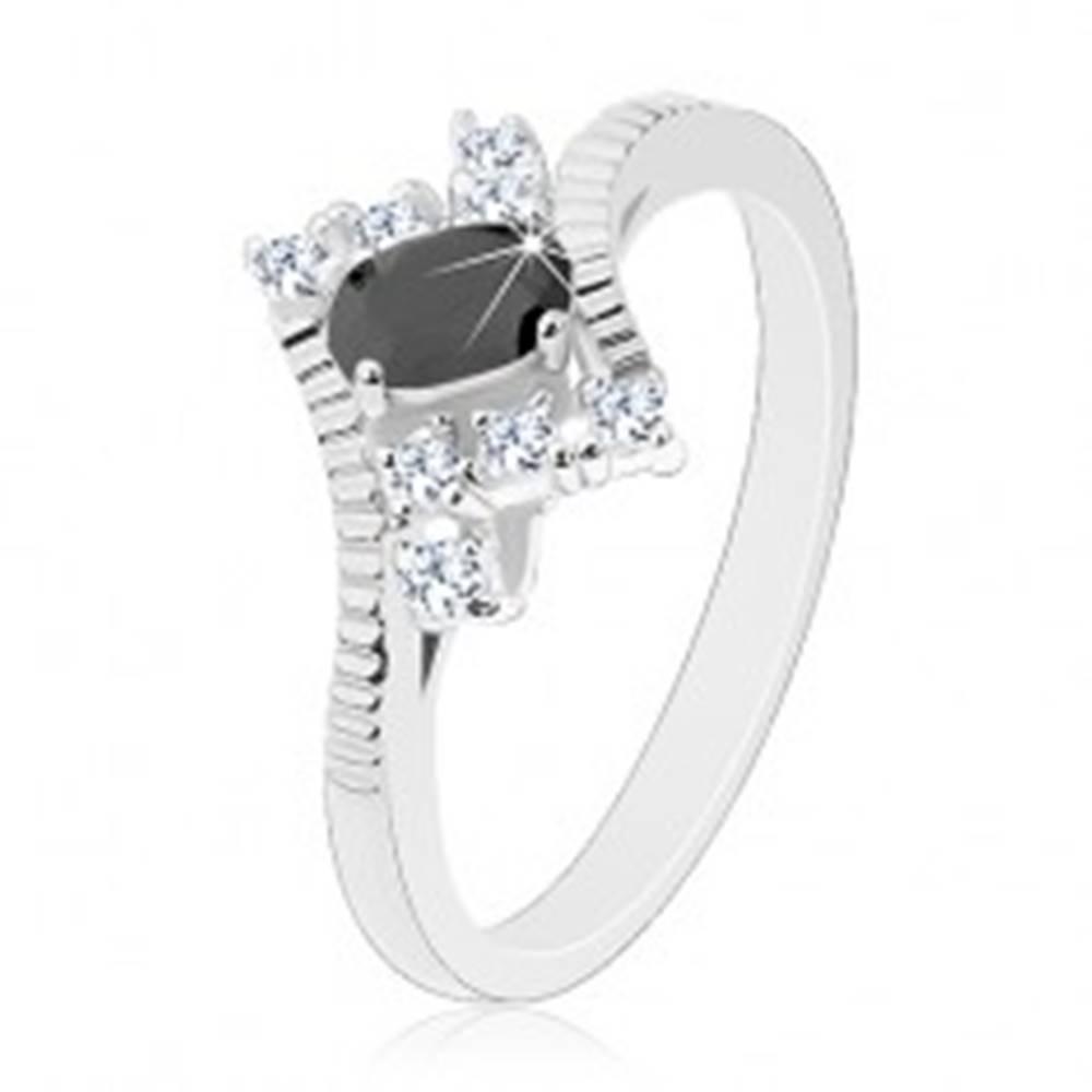 Šperky eshop Ligotavý prsteň v striebornej farbe, brúsený čierny ovál, číre zirkóny - Veľkosť: 52 mm
