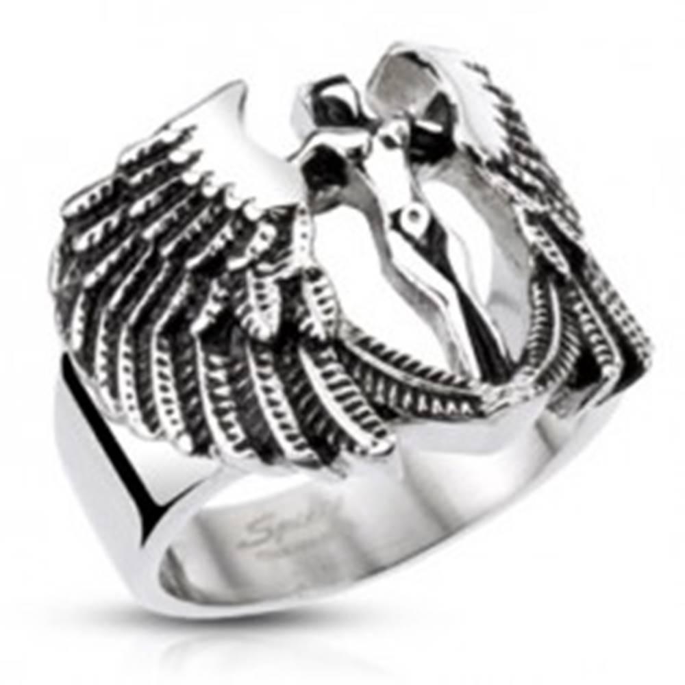 Šperky eshop Mohutný oceľový prsteň - postava anjela s krídlami, patinovaný - Veľkosť: 59 mm