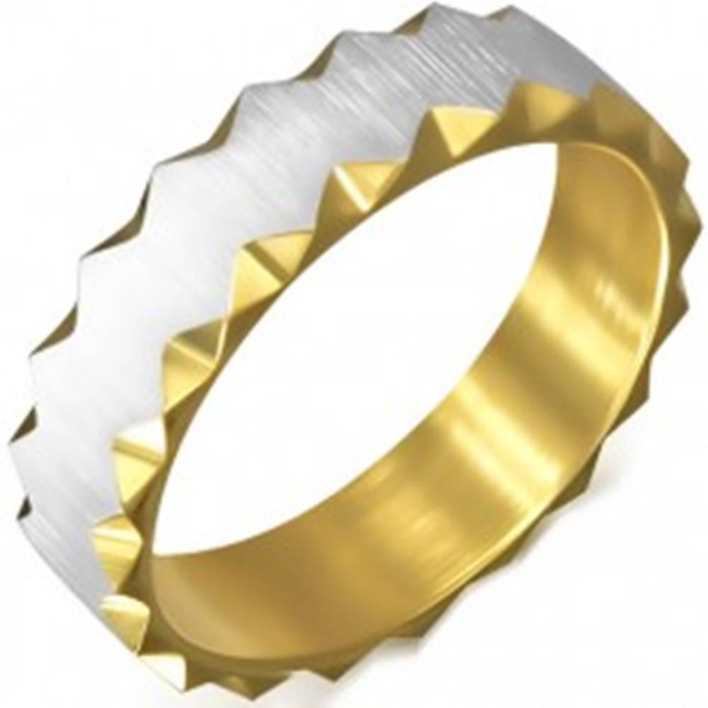 Šperky eshop Oceľový prsteň zlatej farby so saténovým pásom, trojuholníkové výrezy - Veľkosť: 51 mm