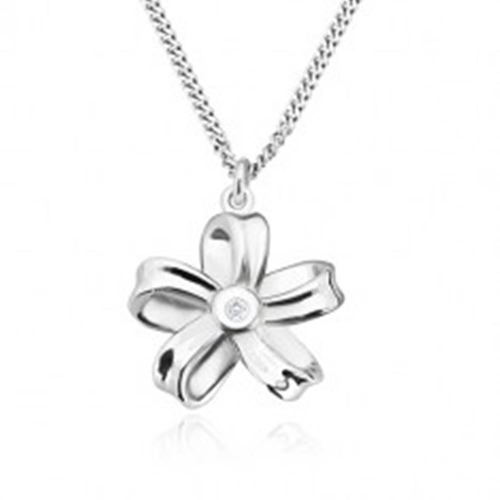 Šperky eshop Strieborný náhrdelník 925 - lesklá stuha, kvet s piatimi lupeňmi a briliantom