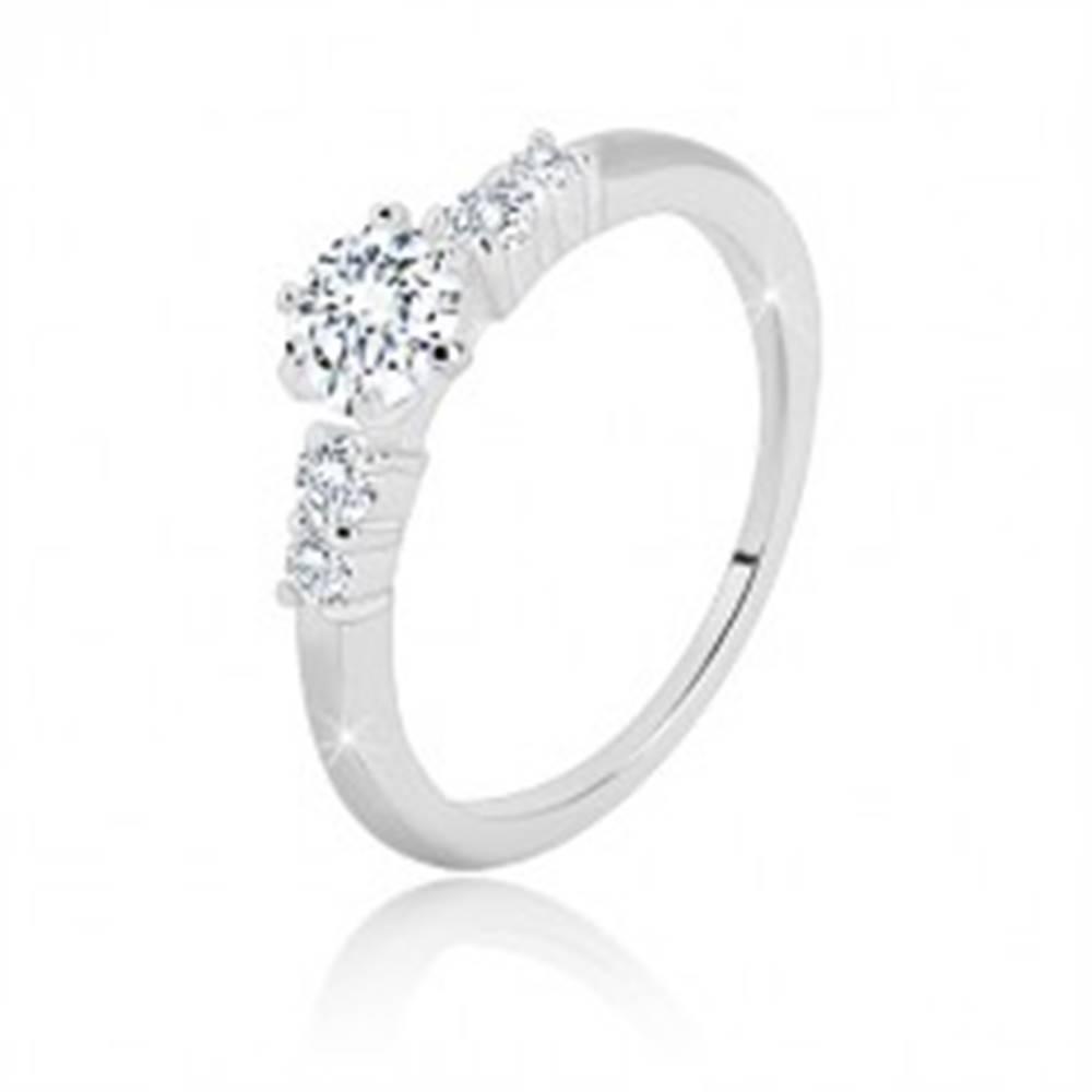 Šperky eshop Prsteň zo striebra 925 - trblietavý zirkón v kotlíku, menšie zirkóny po stranách - Veľkosť: 49 mm