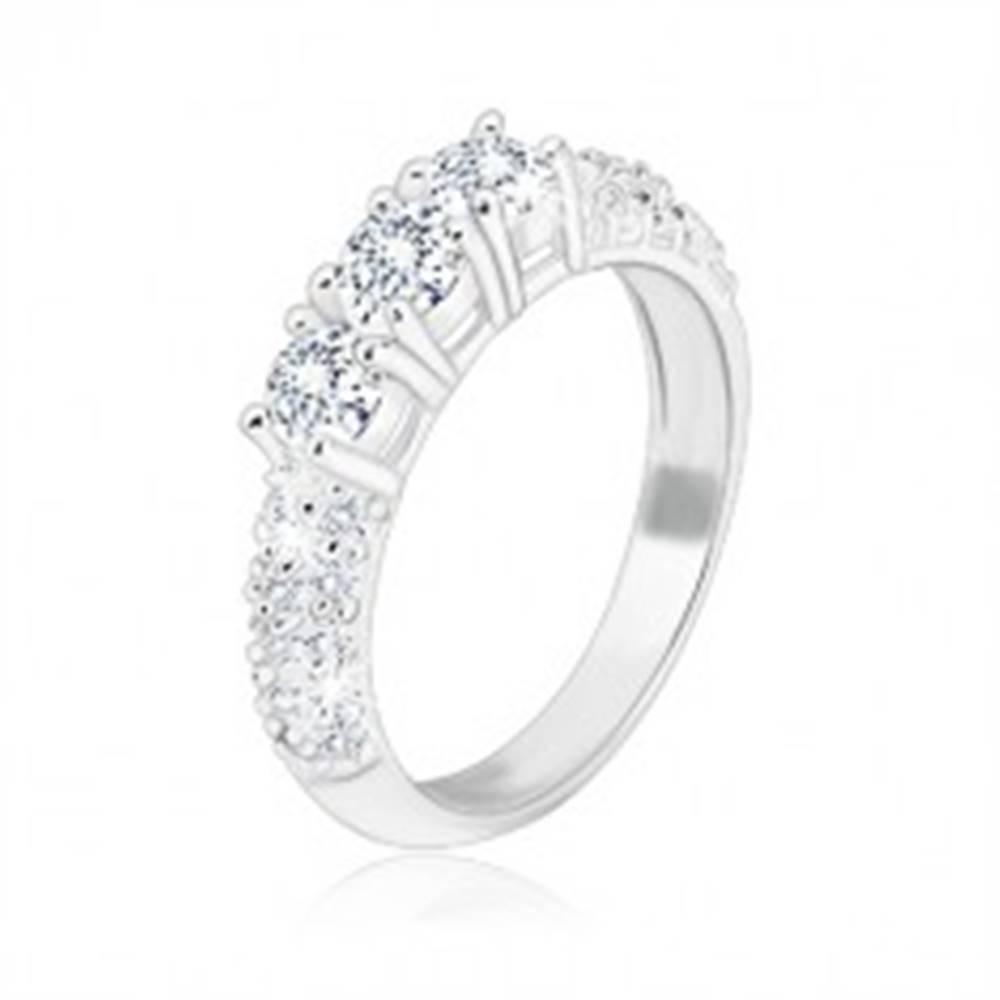 Šperky eshop Zásnubný prsteň zo striebra 925 - tri trblietavé zirkóny, menšie zirkóniky na ramenách - Veľkosť: 49 mm