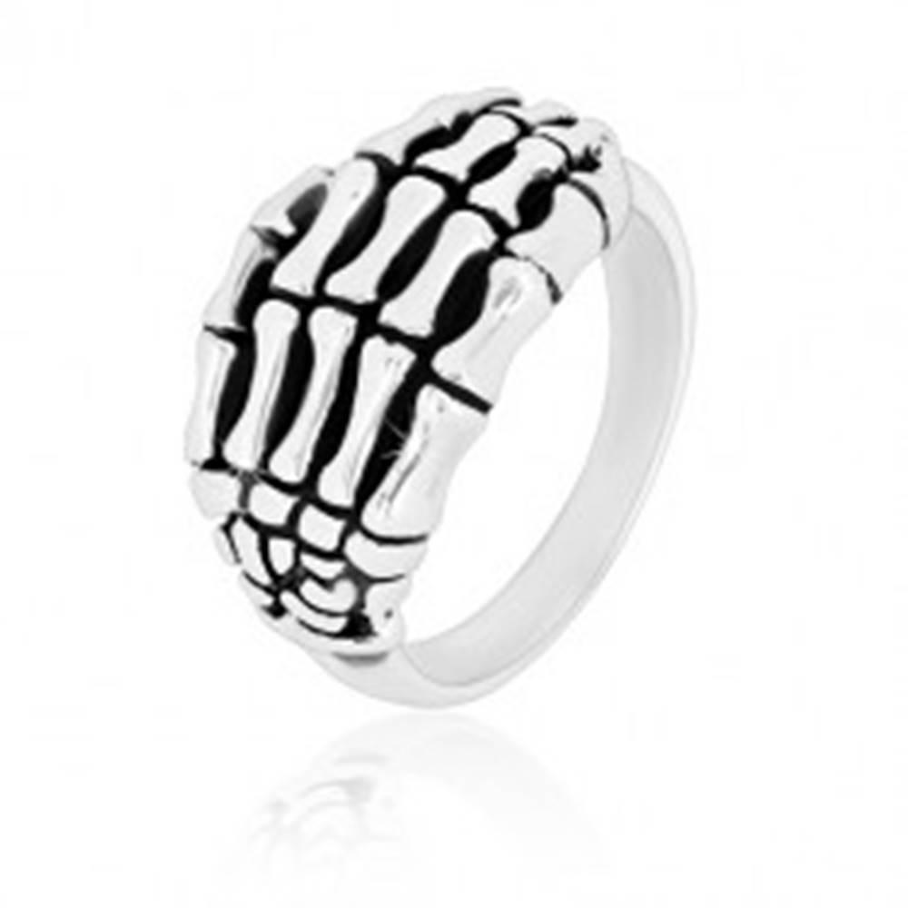 Šperky eshop Prsteň zo striebra 925 - detailne tvarovaná kostra ruky, lesklé ramená, patina - Veľkosť: 49 mm