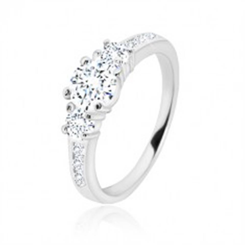 Šperky eshop Zásnubný prsteň zo striebra 925 - tri okrúhle zirkóny, lesklé ramená so zirkónikmi - Veľkosť: 49 mm