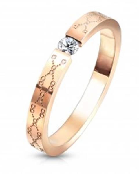 Šperky eshop Snubný prsteň z ocele - číry zirkón, medená farba, jemné gravírovanie - Veľkosť: 49 mm