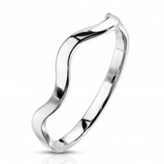 Oceľový prsteň striebornej farby - motív vlnky, úzke lesklé ramená - Veľkosť: 49 mm