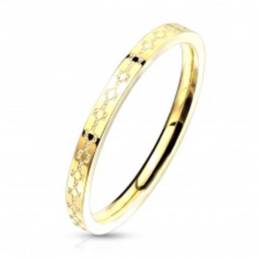 Šperky eshop Oceľová obrúčka v zlatom farebnom prevedení - filigránový vzor, úzke ramená, 2 mm - Veľkosť: 49 mm