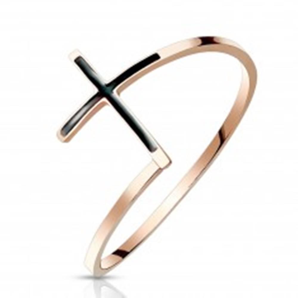 Šperky eshop Oceľový prsteň 316L medenej farby - kríž s čiernou glazúrou, úzke ramená - Veľkosť: 51 mm
