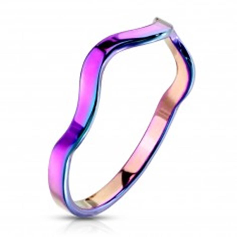 Šperky eshop Prsteň z ocele v dúhovom farebnom odtieni - motív vlnky, úzke ramená - Veľkosť: 49 mm