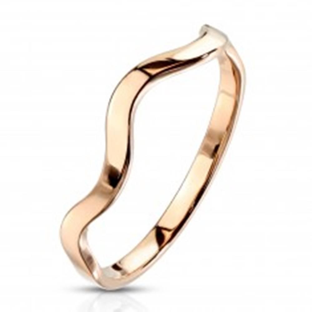 Šperky eshop Prsteň z ocele v medenej farbe - motív vlnky, úzke lesklé ramená - Veľkosť: 49 mm
