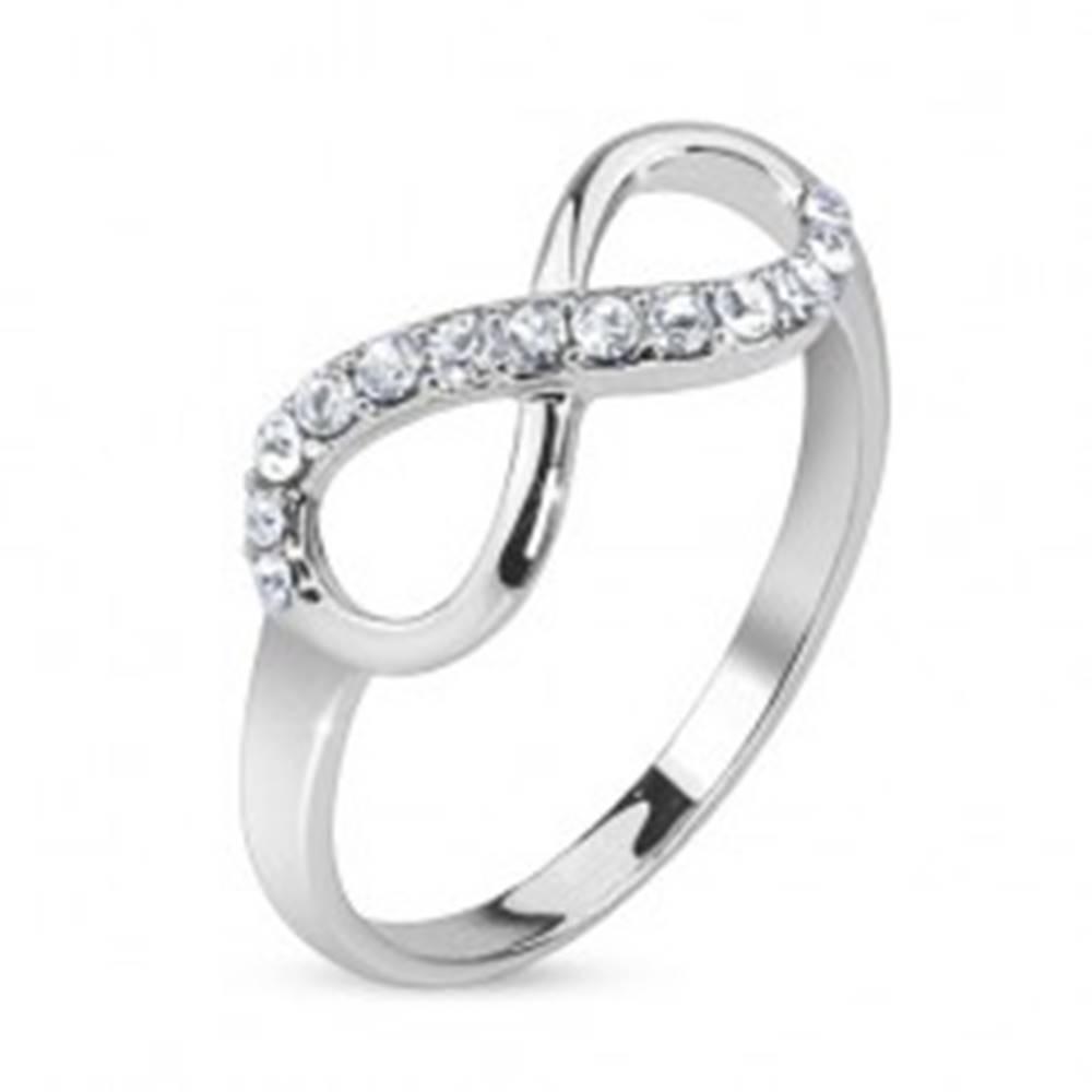 Šperky eshop Prsteň znak nekonečna zdobený čírymi kamienkami - Veľkosť: 49 mm
