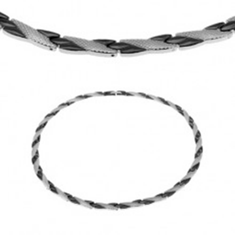 Šperky eshop Oceľový náhrdelník, šikmé línie čiernej a striebornej farby, hadí vzor, magnety