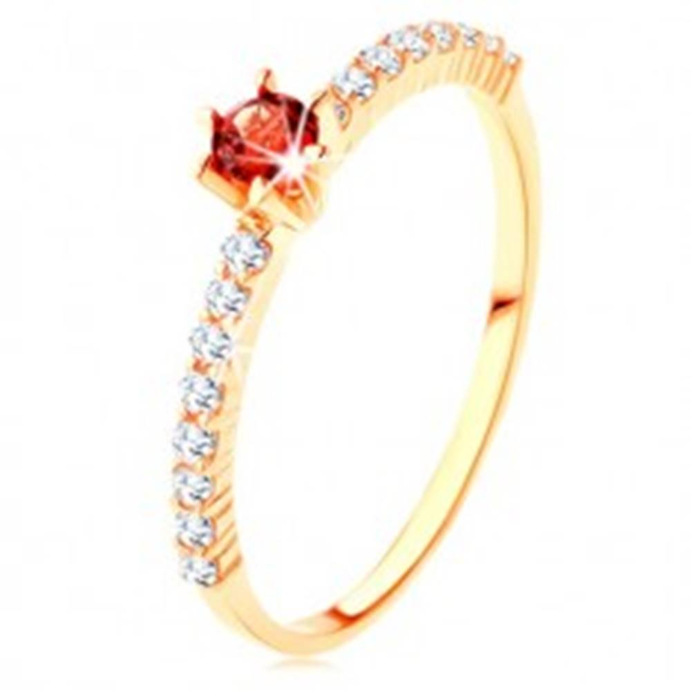Šperky eshop Zlatý prsteň 375 - číre zirkónové línie, vyvýšený okrúhly červený granát - Veľkosť: 49 mm